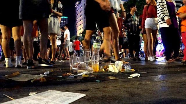 Tình trạng xả rác bừa bãi tại phố đi bộ Nguyễn Huệ (quận 1) sau một sự kiện (ảnh: Phạm Nguyễn)