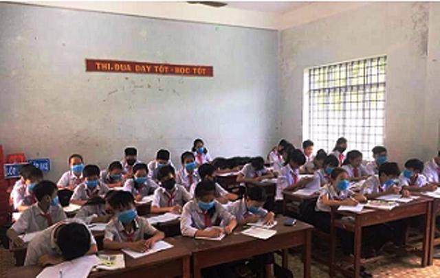Học sinh Trường THCS Cát Trinh mang khẩu trang ngồi nghe giảng bài.
