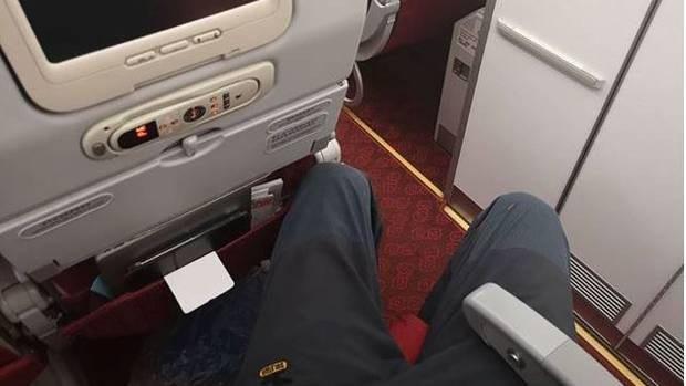 Do có chiều cao gần 2m nên vị khách người New Zealand khá chật vật khi phải ngồi ở hàng ghế gần cuối