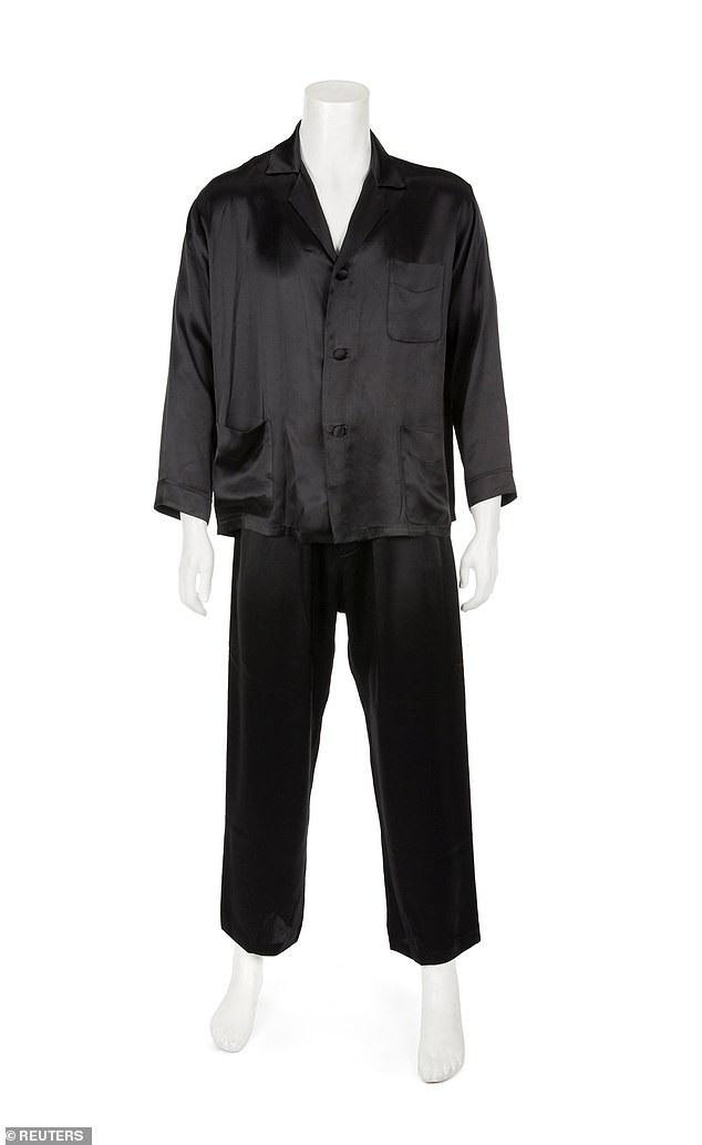Bộ đồ lụa màu đen có giá chỉ từ 1.000-2.000 USD.