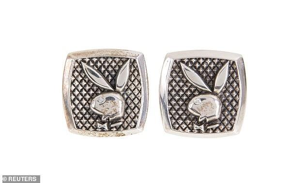 Một cặp khuy cài tay áo từng được ông Hefner sử dụng có giá ước tính từ 200-400 USD.