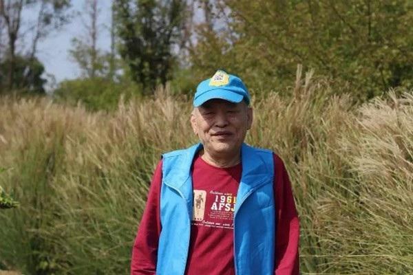 Ngoài áo, Đào còn in mã QR có chứa thông tin của mình lên mũ của cha
