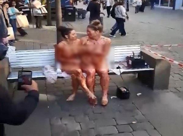 Hai cô gái khỏa thân trên phố bôi mứt vào người nhau khiến ai cũng cảm thấy khó hiểu.