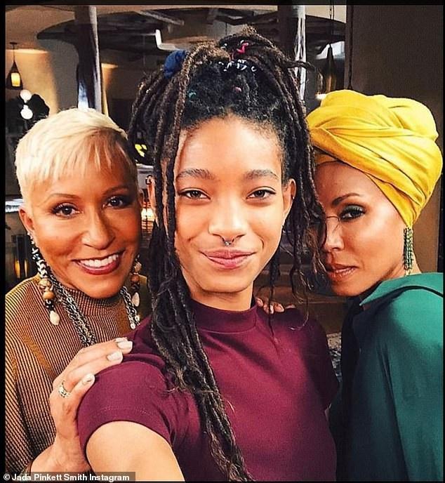 """Hiện tại, Jada (áo xanh) đang thực hiện loạt chương trình trò chuyện trực tuyến """"Red Table Talk"""" cùng với mẹ đẻ (tóc bạch kim) và cô con gái Willow (áo tím)"""