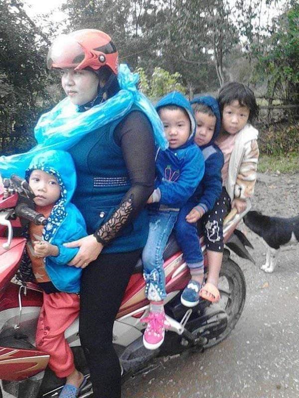 Suốt nhiều năm qua, cô Hương dùng xe máy chở học sinh tới lớp.