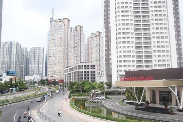 Đường Nguyễn Hữu Cảnh với san sát những tòa cao ốc 2 bên đang chống ngập bằng máy bơm siêu khủng