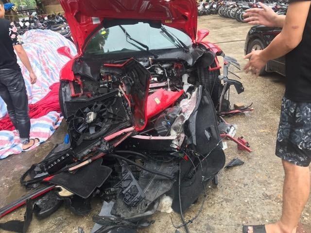 Hình ảnh chiếc siêu xe của ca sĩ Tuấn Hưng gặp tai nạn trên cao tốc Hà Nội - Lào Cai. Phần đầu xe gần như hư hỏng hoàn toàn. (Ảnh: Otofun)