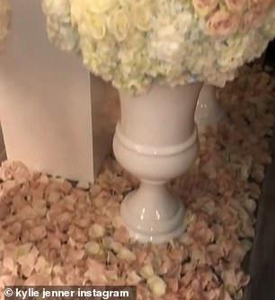 Không chỉ hoa cắm lọ mà còn có nhiều cánh hồng phủ trên sàn nhà