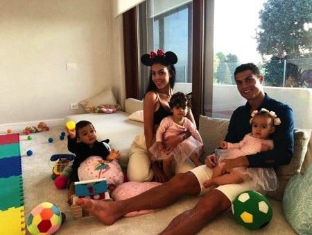 … C.Ronaldo vẫn đang hết sức hạnh phúc bên Georgina Rodriguez