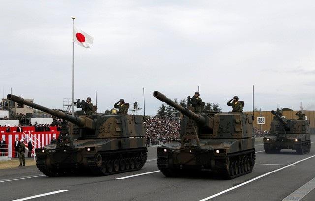 Xe thiết giáp Nhật trong cuộc tập trận ngày 14/10 (Ảnh: Reuters)