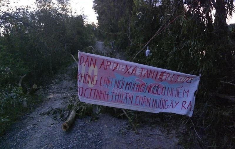"""Tiền Giang: Nhiều hộ dân dựng lán """"phong tỏa"""" trại gà gây ô nhiễm - Ảnh 1."""