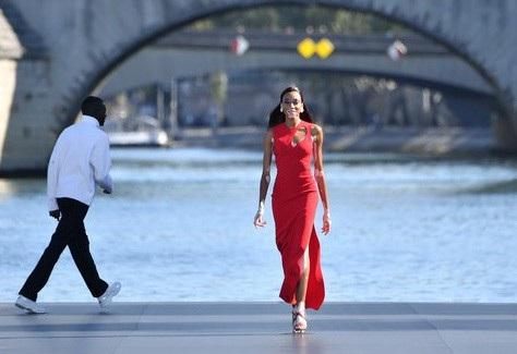 Cô trình diễn bên sông Seine.