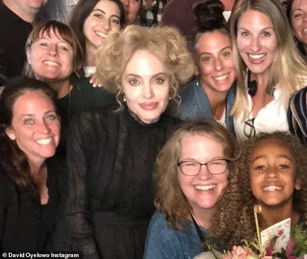 Nữ diễn viên người Mỹ vừa hoàn thành những cảnh quay cuối trong phim Come Away. Jolie khác lạ với mái tóc xù màu vàng