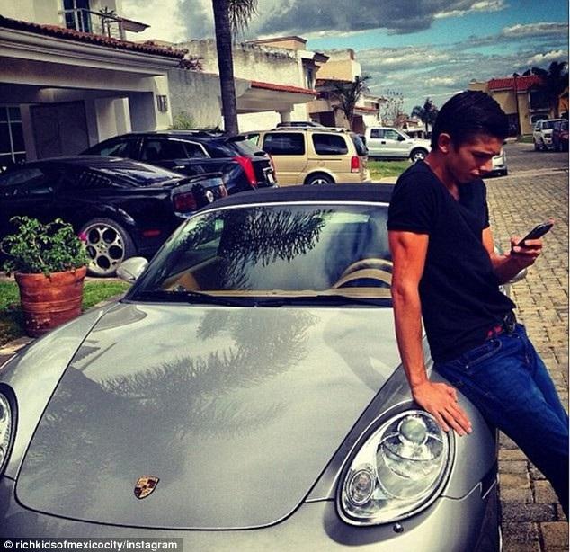 Một cậu ấm con nhà giàu ở Mexico bên chiếc xe hạng sang