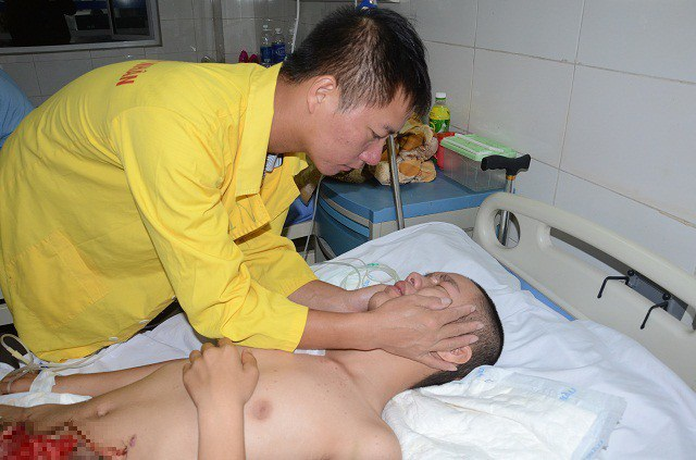 Với những tổn thương lớn, khiến cậu học trò đau đớn vô cùng.