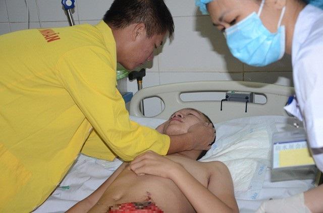 Mặc dù đã qua cơn nguy kịch, nhưng em còn phải trải qua nhiều cuộc phẫu thuật nữa, với chi phí vô cùng tốn kém.