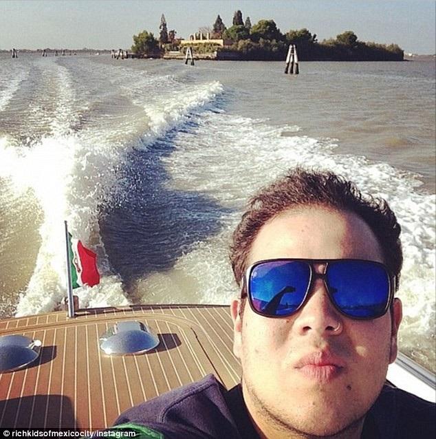 Họ du lịch khắp thế giới trên du thuyền hoặc chuyên cơ riêng