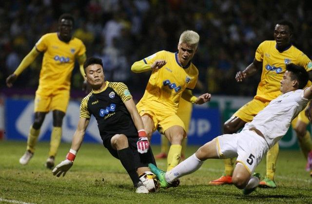 Thủ môn Bùi Tiến Dũng mắc sai lầm ở trận đấu FLC Thanh Hóa thua Bình Dương ở chung kết Cúp Quốc gia 2018