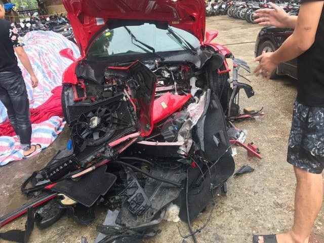 Hình ảnh chiếc siêu xe của ca sĩ Tuấn Hưng gặp tai nạn trên cao tốc Hà Nội - Lào Cai. Phần đầu xe gần như hư hỏng hoàn toàn được đăng tải trên mạng.