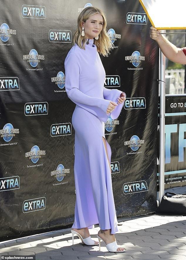 Rosie Huntington-Whiteley quyến rũ tại trường quay của show Extra tại Los Angeles ngày 16/10 vừa qua