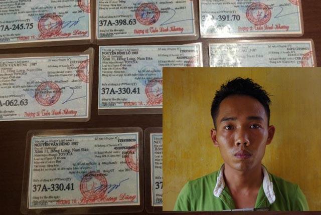 Nguyễn Văn Hùng thời điểm bị bắt giữ và số giấy tờ xe giả được làm sẵn để chuẩn bị thực hiện các vụ lừa đảo khác.