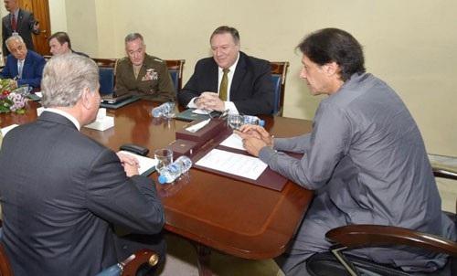 Thủ tướng Pakistan Imran Khan (phải) tiếp Ngoại trưởng Mỹ Mike Pompeo tại Islamabad hôm 5-9 Ảnh: REUTERS