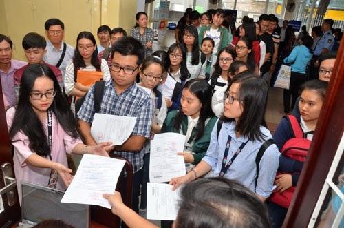 Sinh viên nhập học Trường ĐH Kinh tế TP HCM. (Ảnh: Tấn Thạnh)