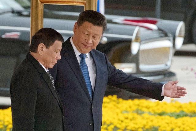 Chủ tịch Trung Quốc Tập Cận Bình đón Tổng thống Duterte tại Bắc Kinh trong chuyến thăm năm 2016 (Ảnh: AP)