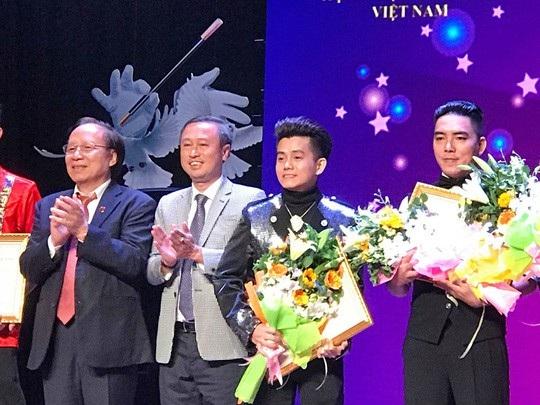 Các ảo thuật gia nhận huy chương vàng từ BTC.