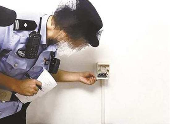 Cảnh sát phát hiện thấy camera quay lén gắn trong ổ cắm điện, nhưng không biết đã có từ bao lâu.