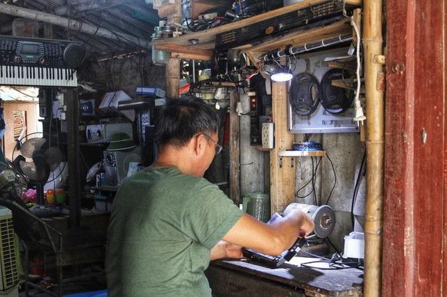 """Ông Cao Văn Toàn cho biết, căn nhà từng được trả giá trên 10 tỷ nhưng ông không bán. """"Đây là ngôi nhà tổ tiên để lại qua nhiều thế hệ cha truyền con nối nên tôi không bao giờ nghĩ tới việc sẽ giao nó cho người chủ nhân khác. Căn nhà không chỉ có những giá trị về vật chất mà với gia đình tôi đó còn là những giá trị không thể thay thế về truyền thống gia đình"""", ông Toàn khẳng định."""