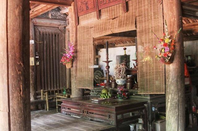 Ngôi nhà được thiết kế 4 gian giữa và 2 gian buồng 2 bên, kiểu thiết kế đặc trưng của kiến trúc Bắc bộ xưa. Nhiều vật dụng cổ xưa quen thuộc trong sinh hoạt vẫn được gia đình ông Toàn lưu giữ.