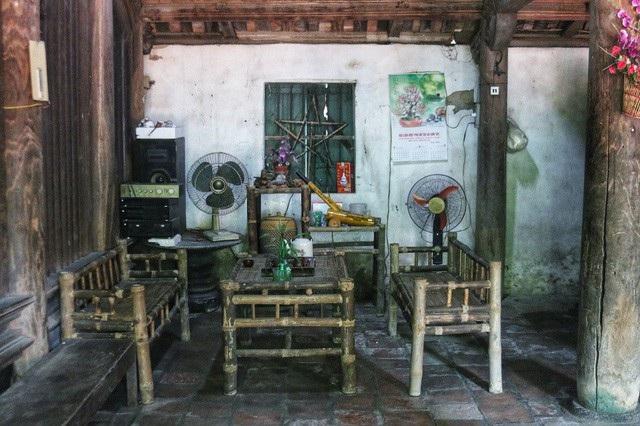 Gia đình ông Toàn hiện nay có 3 thế hệ đang sống trong nhà cổ. Trong đó, vợ chồng ông với người con thứ 2 ở lán nhỏ, còn vợ chồng con trai cả và 2 đứa cháu ở trong căn nhà phụ thuộc nhà cổ.