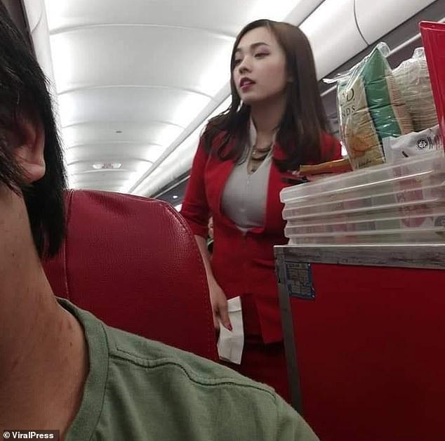 Khoảnh khắc Mabel bị du khách chụp trộm khi đang làm việc trên máy bay