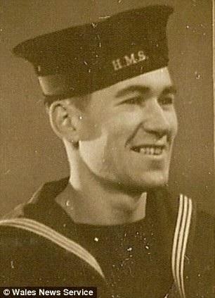 Ông Charles từng là lính hải quân trong Thế chiến thứ II và trải qua nhiều trận đánh ác liệt