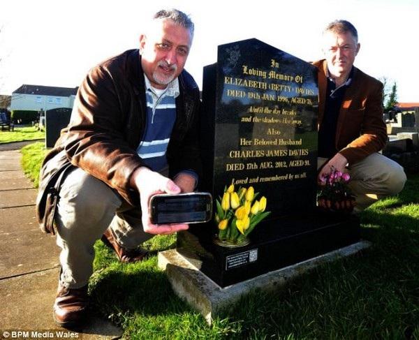 Joe Davies (trái) và em trai Noel bên cạnh bia mộ của cha mình