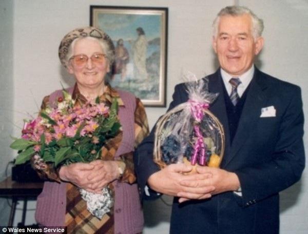 Ông Charles cùng người vợ Betty. Bà Betty cũng đã qua đời trước ông Charles nhiều năm, ở tuổi 78