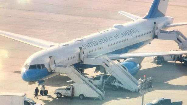 Máy bay chở Đệ nhất phu nhân Mỹ phải hạ cánh khẩn cấp sau khi buồng lái bốc khói. (Ảnh: Mirror)