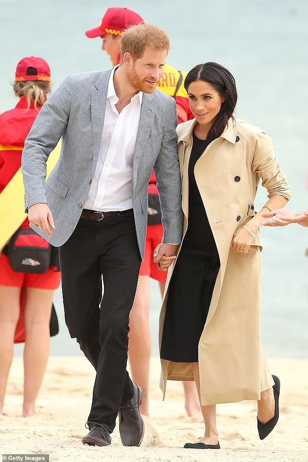 Hoàng tử Harry và cựu diễn viên điện ảnh Meghan Markle luôn dành cho nhau những cử chỉ ngọt ngào, âu yếm trước đám đông