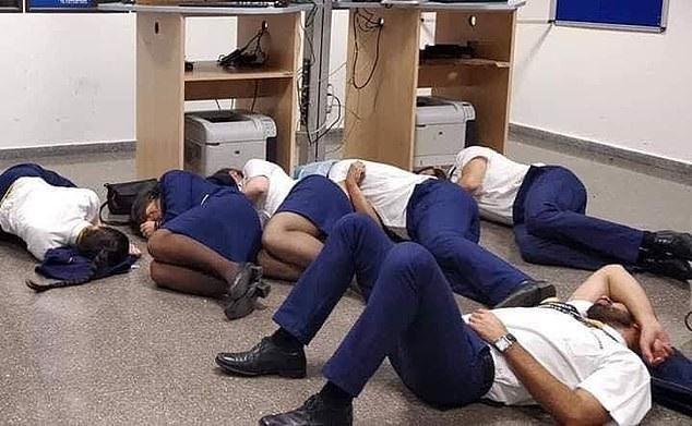 Đội ngũ tiếp viên tố cáo hãng bay đối xử bạc bẽo khi phải ngủ vạ vật trên sàn, không có đồ ăn, nước uống