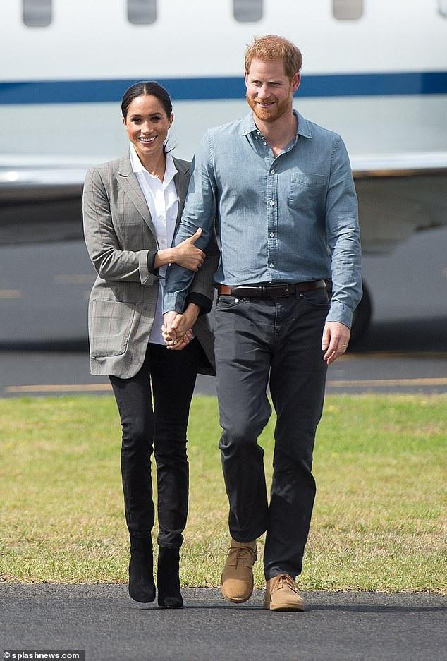 Trong chuyến đi Úc, đôi vợ chồng hoàng tử Harry và cựu diễn viên điện ảnh Meghan Markle tiếp tục thu hút sự chú ý bởi những cử chỉ tình tứ