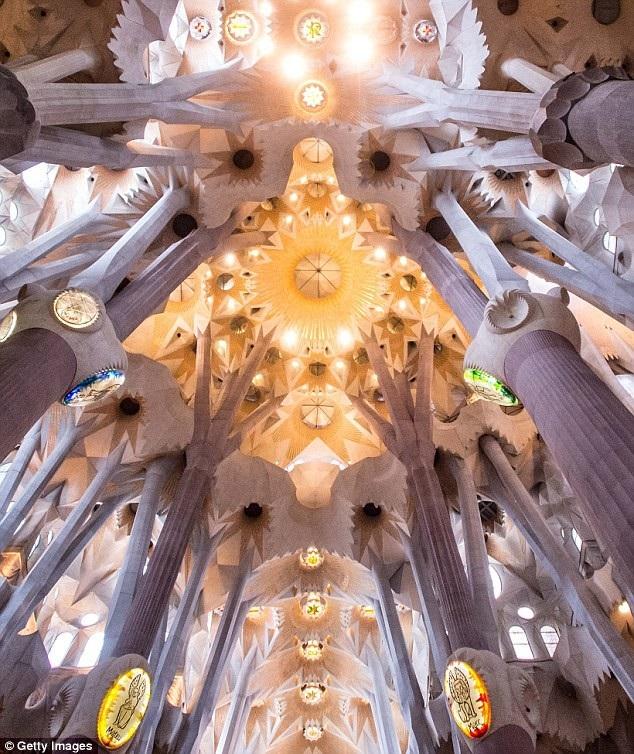 Bên trong Vương cung thánh đường Sagrada Família