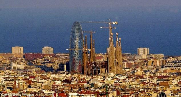 Đường chân trời thành phố Barcelona, nơi Vương cung thánh đường Sagrada Família nổi bật lên trên khung cảnh.