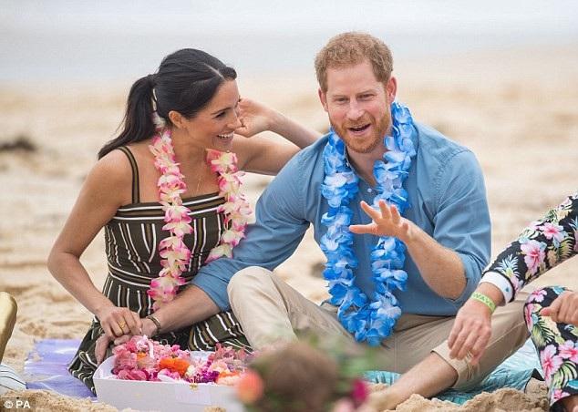 Hoàng tử Harry và vợ Meghan Markle thư giãn trên bãi biển Bondi ngày 18/10