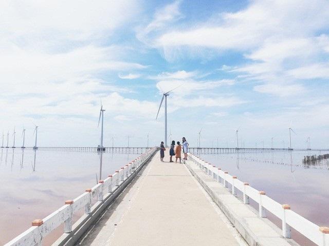 Không chỉ trong trung tâm mà vùng ven biển Bạc Liêu cũng có những điểm du lịch thu hút khách như Khu điện gió...