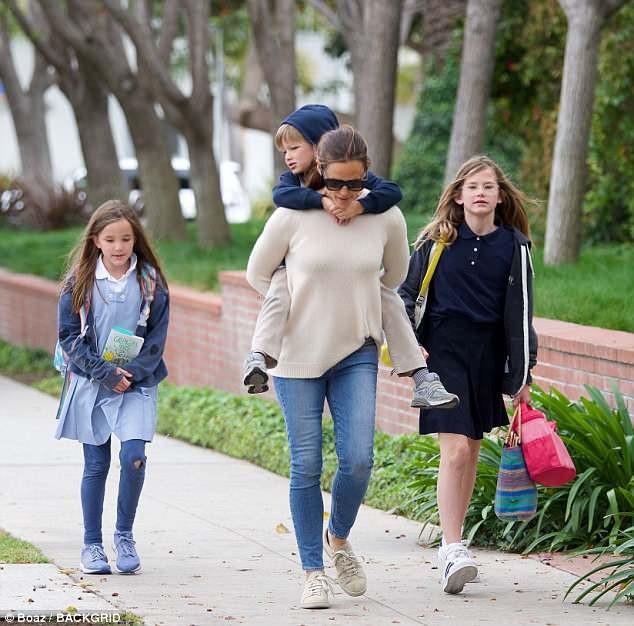 Hậu ly dị, Jennifer Garner hạnh phúc bên 3 đứa con trong khi chồng cũ lao vào hò hẹn, yêu đương.