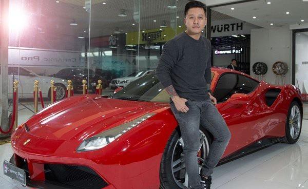Chiếc Ferrari 488 GTB màu đỏ được ca sĩ Tuấn Hưng mua lại vào tháng 9/2017. Siêu ngựa này, nếu mới, nhập về Việt Nam có giá khoảng 16-17 tỷ đồng sau khi tính các loại thuế, phí.