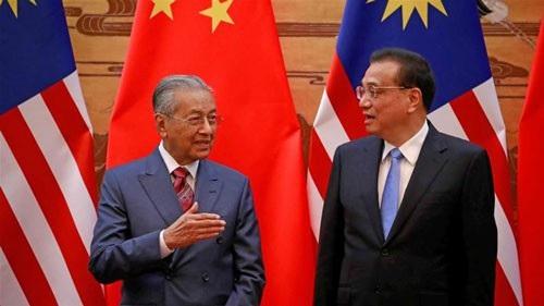Thủ tướng Malaysia Mahathir Mohamad (trái) và người đồng cấp Trung Quốc Lý Khắc Cường tại Bắc Kinh hồi tháng 8 -2018 Ảnh: REUTERS