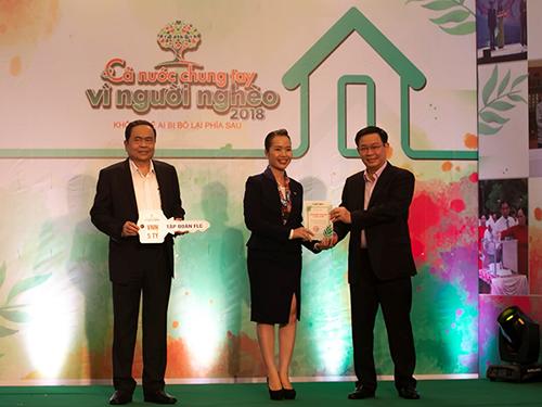 """Đại diện Tập đoàn FLC - Phó Tổng Giám đốc Trần Thị My Lan trao quỹ """"Vì người nghèo"""" và Quỹ An sinh xã hội."""