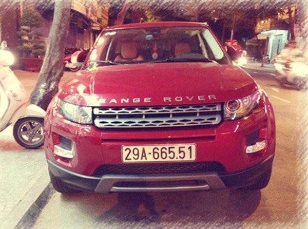Nam ca sĩ Tuấn Hưng còn là chủ nhân của chiếc Range Rover Evoque đỏ có giá gần 8 tỷ đồng. Được biết, vợ anh cũng có 1 chiếc giống vậy nhưng là màu trắng.